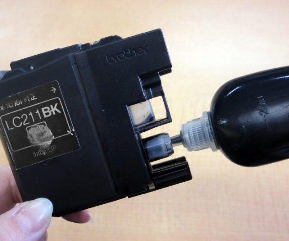 ブラザーの純正インクカートリッジLC211に詰め替えインクを補充する